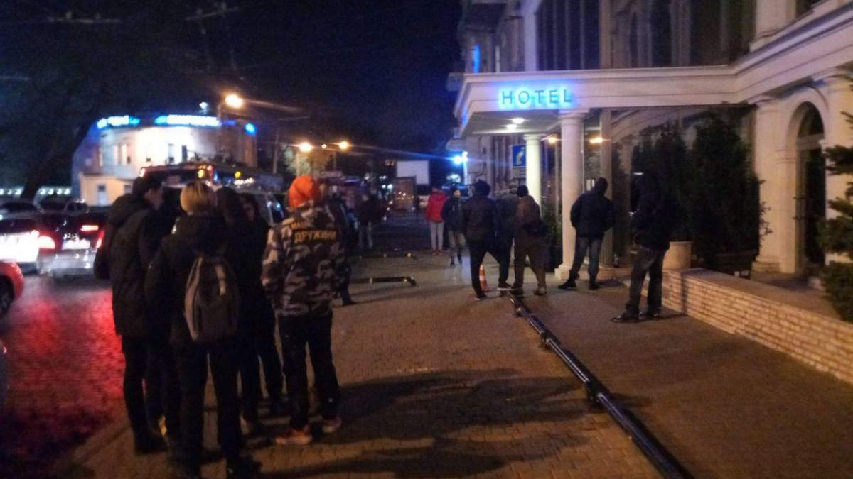 """В Одесі штурмували нічний клуб, де російський репер назвав день жалоби """"показухою"""": відео"""
