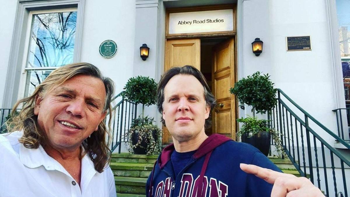 Блюзмен Джо Бонамасса та продюсер Кевін Ширлі біля студії Abbey Road