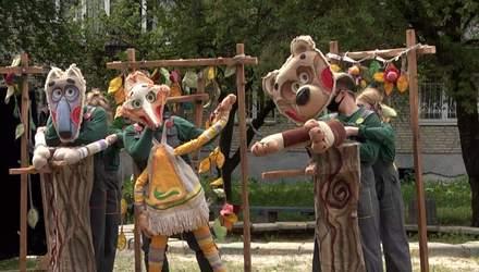 Діти у захваті, а батьки просять ще: у Львові театр ляльок мандрує районами міста – яскраві фото