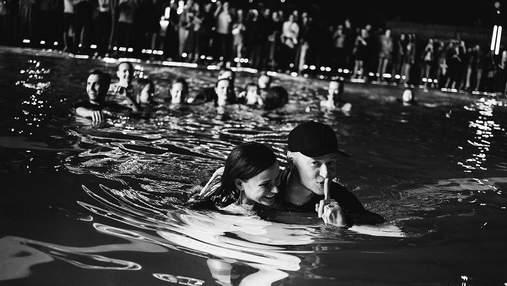 """Лидер """"Бумбокса"""" Андрей Хлывнюк нырнул в бассейн с фанатками: впечатляющие фото с концерта"""